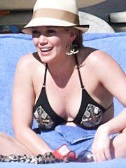 Hilary Duff – black bikini, 2009