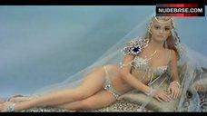 Pamela Tifin in Bikini – Oggi, Domani, Dopodomani