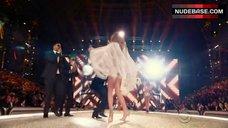 4. Josephine Skriver Hot Scene – The Victoria'S Secret Fashion Show 2016