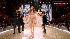 5. Josephine Skriver Hot Scene – The Victoria'S Secret Fashion Show 2016