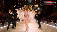 6. Josephine Skriver Hot Scene – The Victoria'S Secret Fashion Show 2016