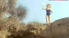 1. Catherine Alric Shows Tits on Beach – On A Vole La Cuisse De Jupiter