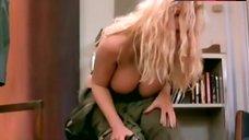 Anna Nicole Smith Shows Big Tits – Skyscraper